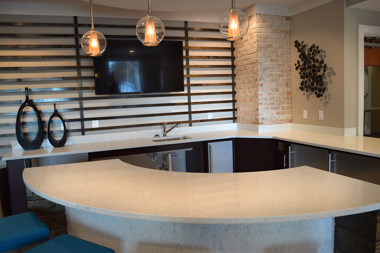 A beautiful commons area at Link apartments fitted with a beautiful White quartz curved bar and small kitchen area