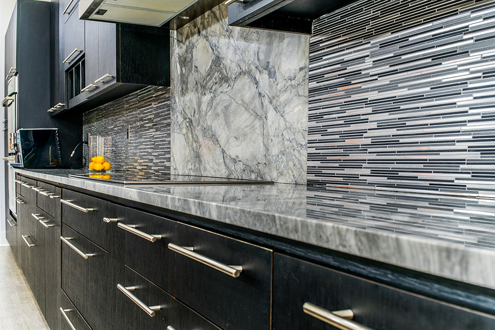 Attirant Super White Marble Countertops Atop Dark Wood Cabinets Accented With Tile  Backsplash